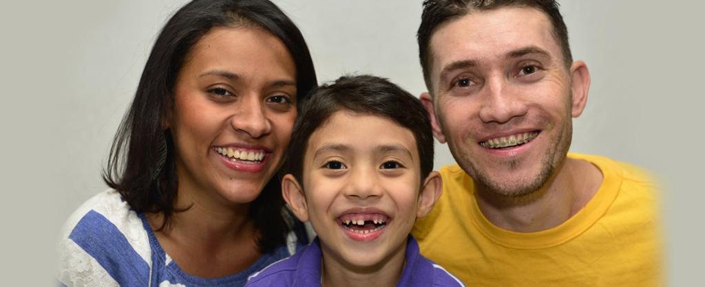 Un niño de nombre Matias comparte con sus padres colombianos.